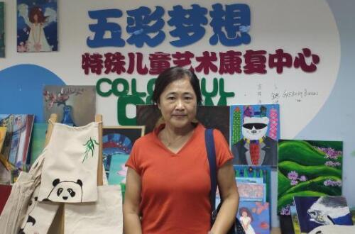 陪脑瘫女儿画画近20年 作家妈妈成立免费画室